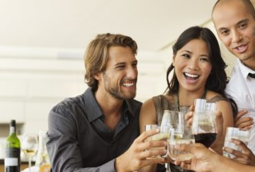 gente contenta tomando vino