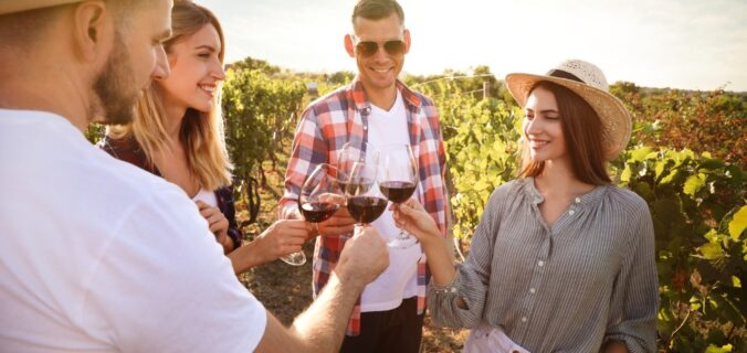 amigos celebran la amistad con vinos y comida.